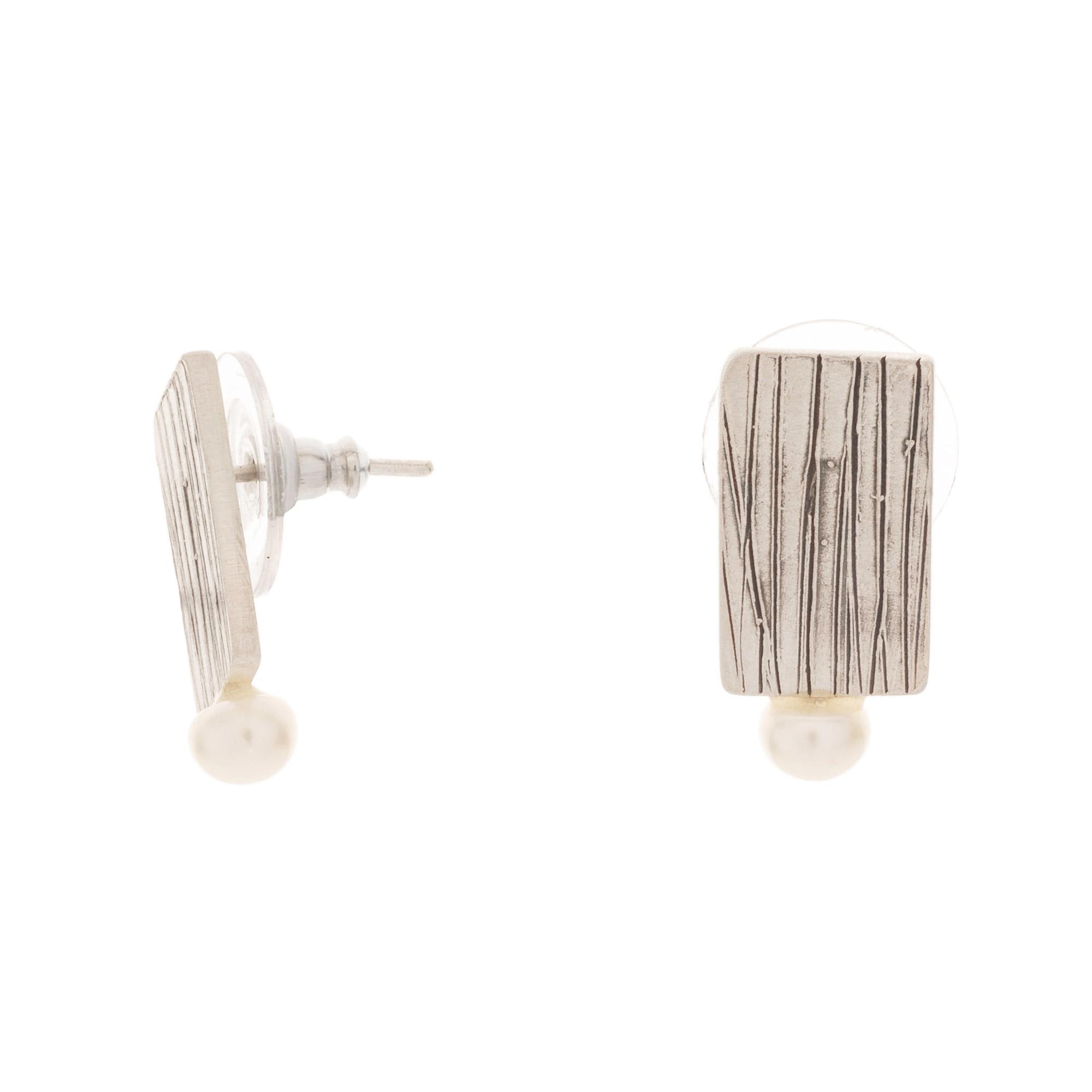 Joya hecho a mano en plata. Pendientes con textura, perla blanca natural de río y acabados en mate.